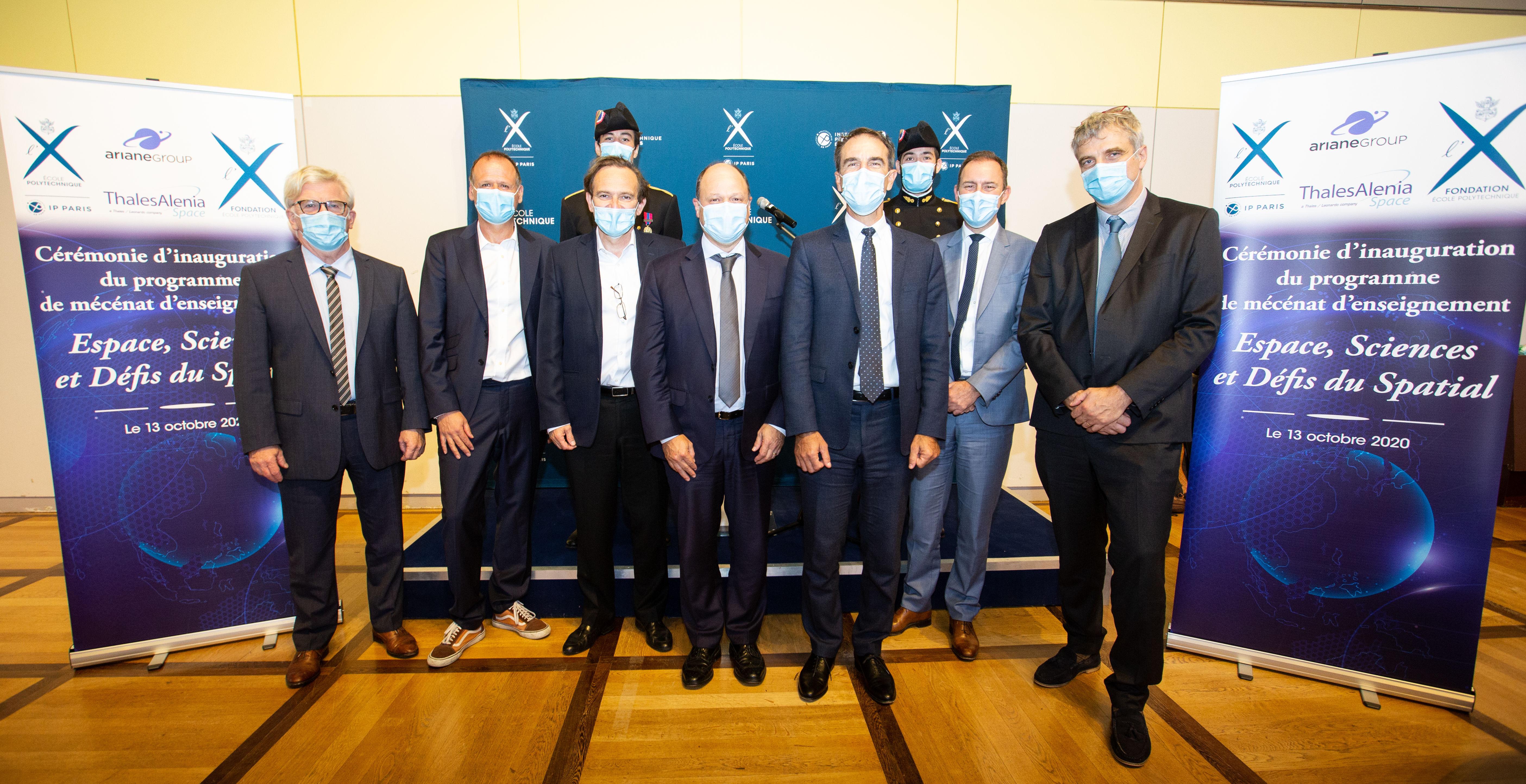Au premier rang, de gauche a droite, François Deveaud (Directeur Adjoint de l'enseignement et de la recherche), Pascal Chabert (Directeur de recherche au Laboratoire de Physique des Plasmas et porteur du programme ESDS), Jean-Paul Cottet (Délégué général de la Fondation de l'X), Lionel Suchet (Directeur Délégué du centre National d'Etude Spatial), Hervé Derrey (Président-Directeur-Général de Thales Alenia Space),  André-Hubert Roussel (Président d'ArianeGroup), Yves Laszlo (Directeur de l'enseignement et de la recherche de l'X); au deuxième rang, a gauche Arnaud Balland (X2018, à l'initiative du projet Back-on-Earth) et Hillaire Bizallion (X2018, membre du projet IonSat).