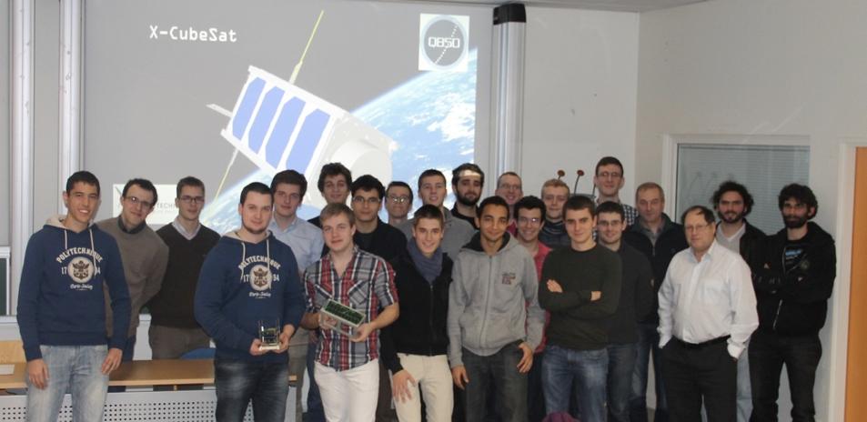 La promotion X201 pendant la revue de définition d'X-cubeSat, avec à droite Alain Gaboriot (CNES), Gérard Auvray (Thales), Malik Monsourt (LPP) et Alexis Jeandet (LPP)